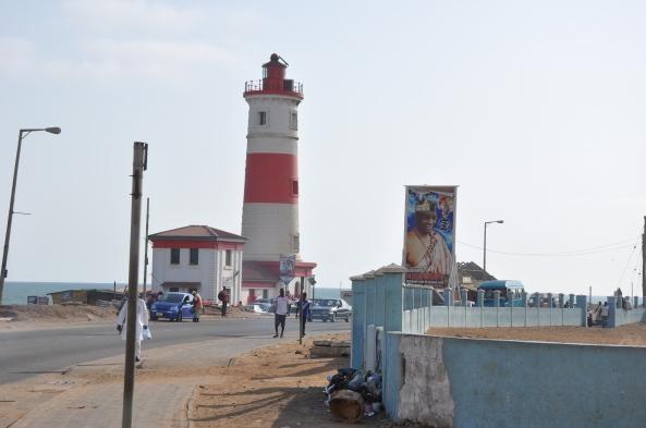 """Der Leuchtturm ist das Wahrzeichen von Jamestown. Auf dem großen Plakat sieht mann den """"Chief"""" des Viertels, eine Art Bürgermeister. Hauptberuflich ist er Zahnarzt."""